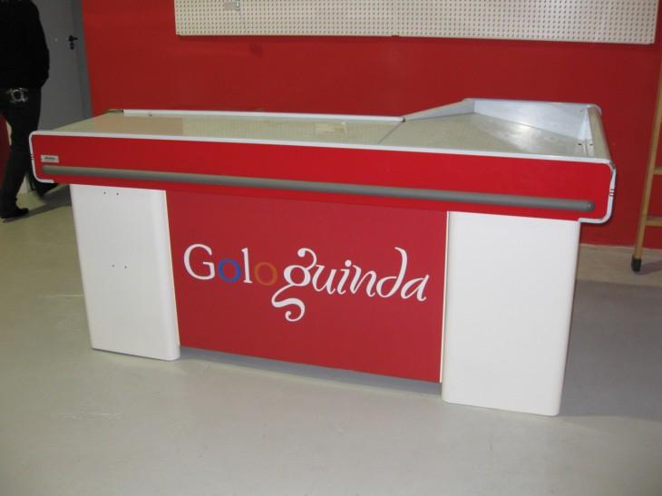 Aplicación de la tipografía corporativa en el diseño del mostrador de venta.