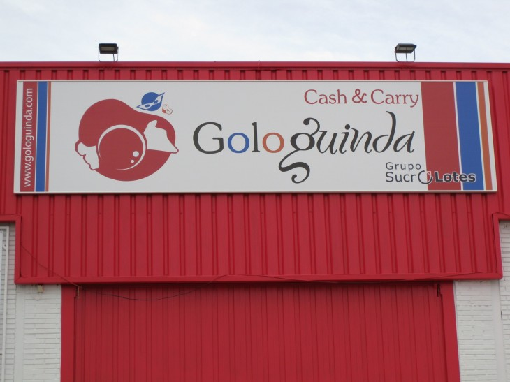 Cartel principal situado en la fachada de la empresa GOLOGUINDA.