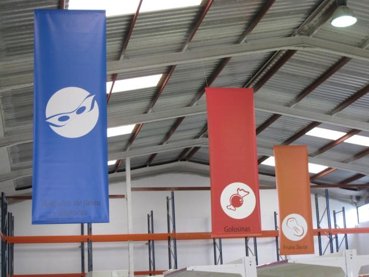 Diseño de banderola para la señalización de pasillos según producto.