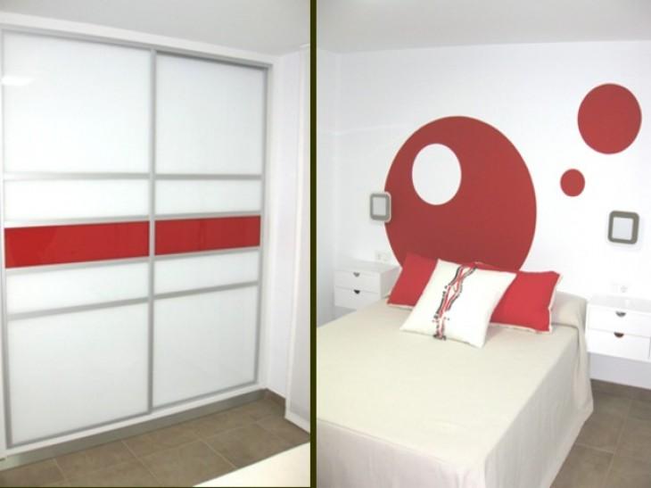 Habitación principal con armario integrado en la decoración del ambiente.